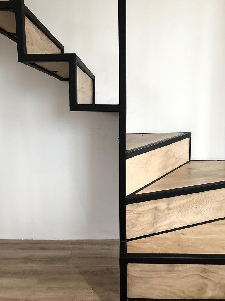 + Conception-réalisation d'un escalier suspendu + Acier mat et chêne du bocage Normand + Verriere en verre feuilleté +